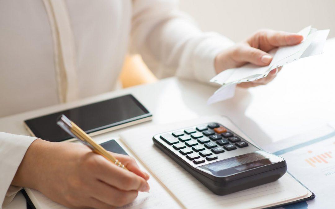 Empregador calculando o valor do salário da empregada doméstica