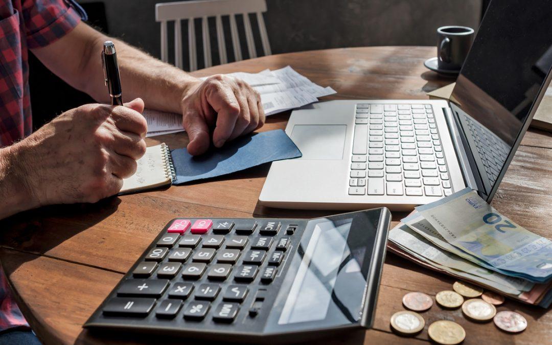 Quais são os descontos do décimo terceiro salário da empregada doméstica?